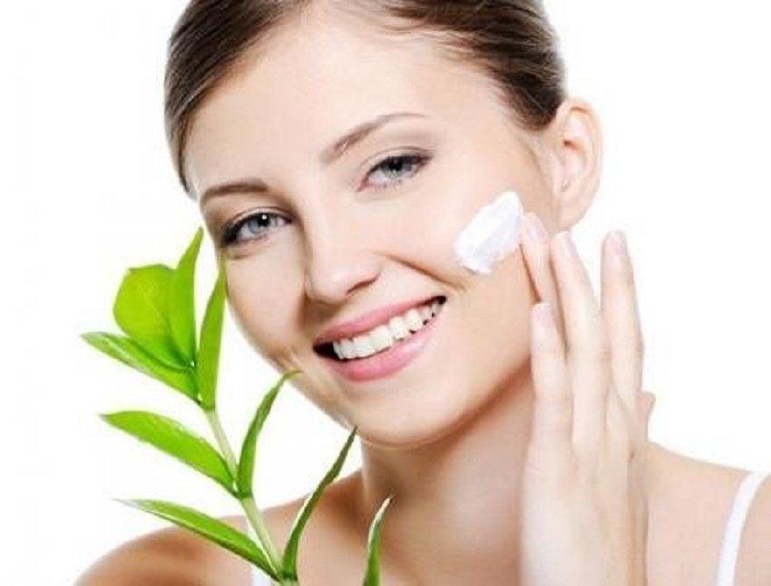 Rửa lại mặt với nước ấm và bôi kem dưỡng ẩm