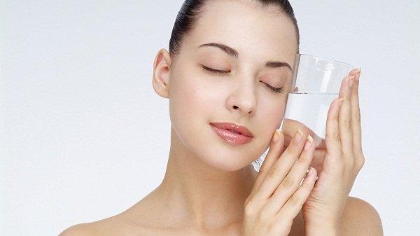 Cung cấp đầy đủ nước để giúp da dưỡng ẩm từ bên trong