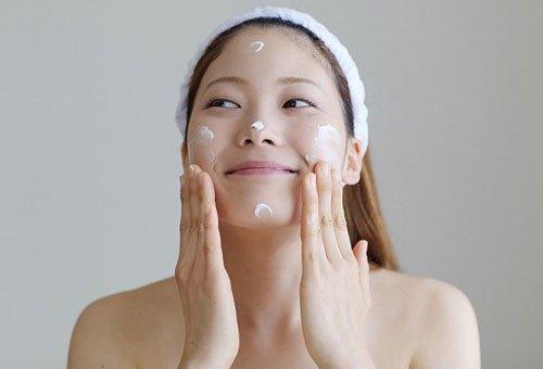 Sử dụng kem dưỡng ẩm là cách đơn giản để chăm sóc da mùa đông