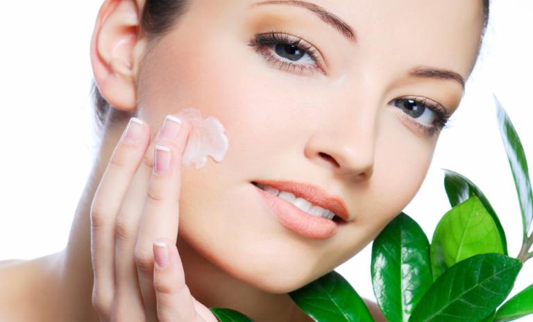 Sử dụng kem dưỡng để chăm sóc da