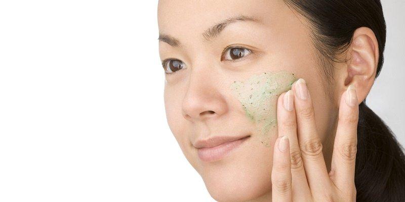 Kem tẩy da chết giúp loại bỏ bụi bẩn và tạp chất khỏi da