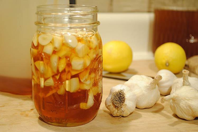 Cách trị mụn bọc với tỏi và mật ong