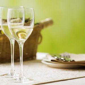 Cách làm đẹp với rượu trắng là phương pháp được nhiều người ưa chuộng. Bạn có thể mix cùng với các nguyên liệu khác giúp làm trắng da nhanh.