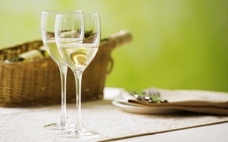 Bật mí cách làm đẹp với rượu trắng đơn giản ngay tại nhà