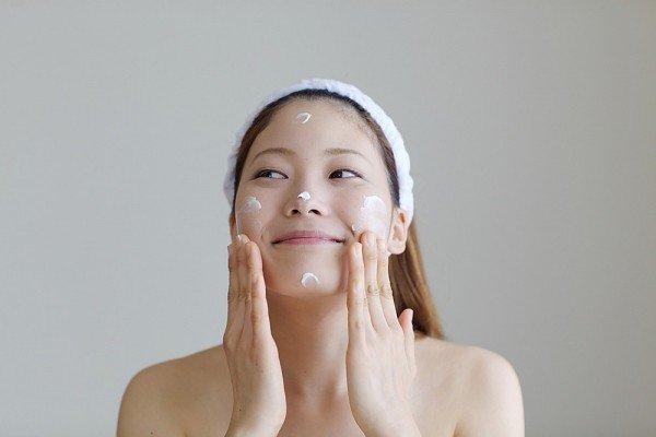 Luôn sử dụng kem dưỡng ẩm-bí quyết trẻ lâu của phụ nữ Hàn