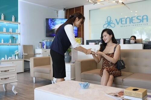 khách hàng đăng ký dịch vụ ở venesa lê lai